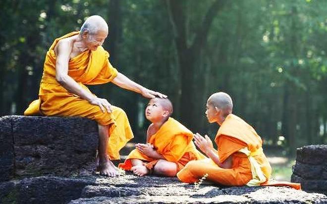 Chỉ với 1 cốc nước muối, hòa thượng già giúp tất cả chúng ta tránh xa được khổ đau: Ai cũng nên ngẫm - Ảnh 1.
