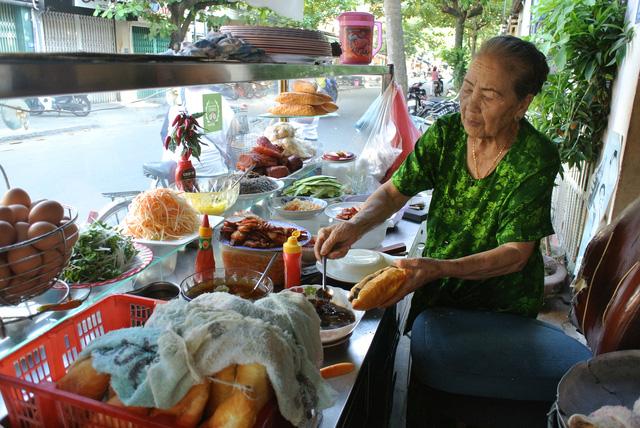 """Bánh mì Việt Nam, hành trình từ ổ bánh """"thượng lưu"""" cho đến món ăn đường phố làm kinh ngạc cả thế giới - Ảnh 14."""