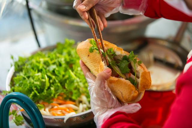 """Bánh mì Việt Nam, hành trình từ ổ bánh """"thượng lưu"""" cho đến món ăn đường phố làm kinh ngạc cả thế giới - Ảnh 18."""