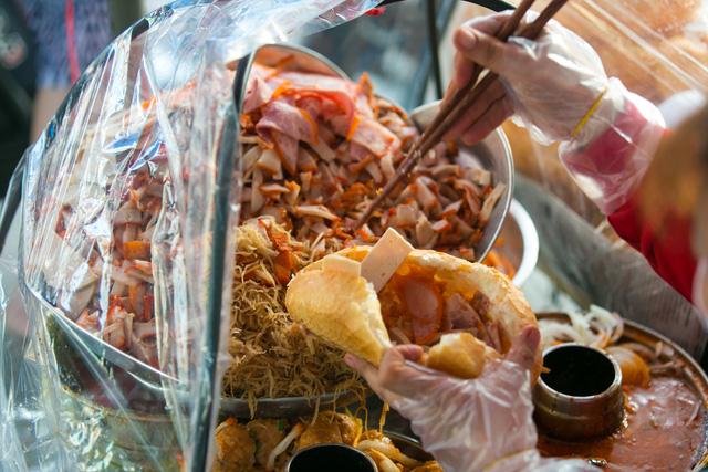"""Bánh mì Việt Nam, hành trình từ ổ bánh """"thượng lưu"""" cho đến món ăn đường phố làm kinh ngạc cả thế giới - Ảnh 21."""