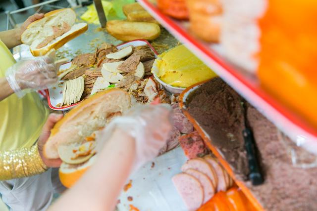 """Bánh mì Việt Nam, hành trình từ ổ bánh """"thượng lưu"""" cho đến món ăn đường phố làm kinh ngạc cả thế giới - Ảnh 24."""