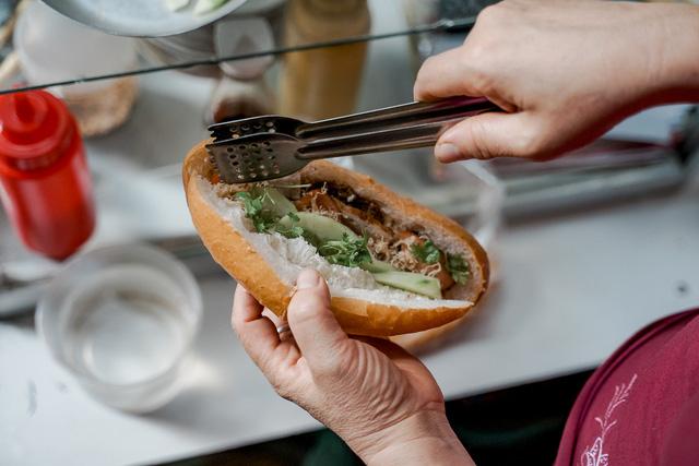 """Bánh mì Việt Nam, hành trình từ ổ bánh """"thượng lưu"""" cho đến món ăn đường phố làm kinh ngạc cả thế giới - Ảnh 4."""