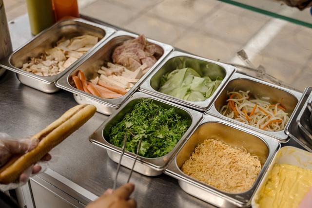 """Bánh mì Việt Nam, hành trình từ ổ bánh """"thượng lưu"""" cho đến món ăn đường phố làm kinh ngạc cả thế giới - Ảnh 8."""